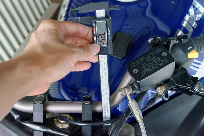 バイクのフロントフォークの突き出し量を測ってみた。デジタルノギスは7.25mmを示したが、ステンレスノギスでは7.45mmだった。左右のフォークとも同じノギスで測れば問題ないので、それほど気にならないところだけれども……