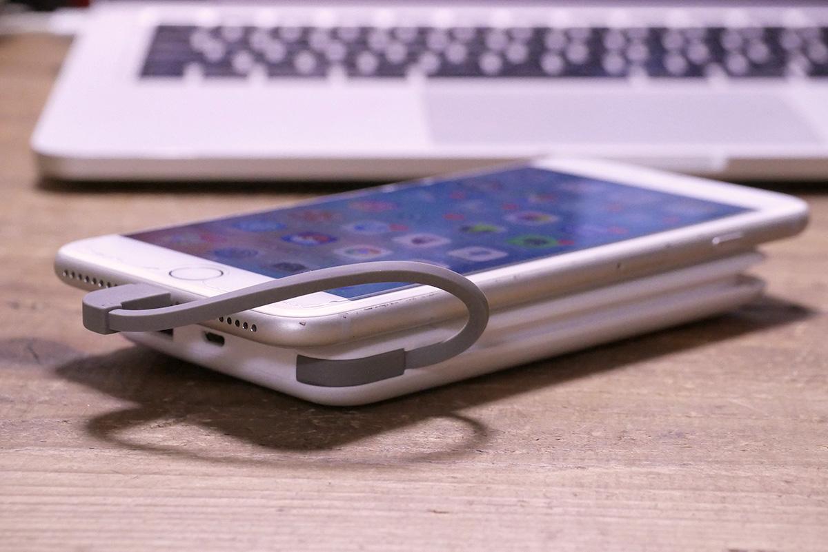 iPhone 7 Plusを充電する様子