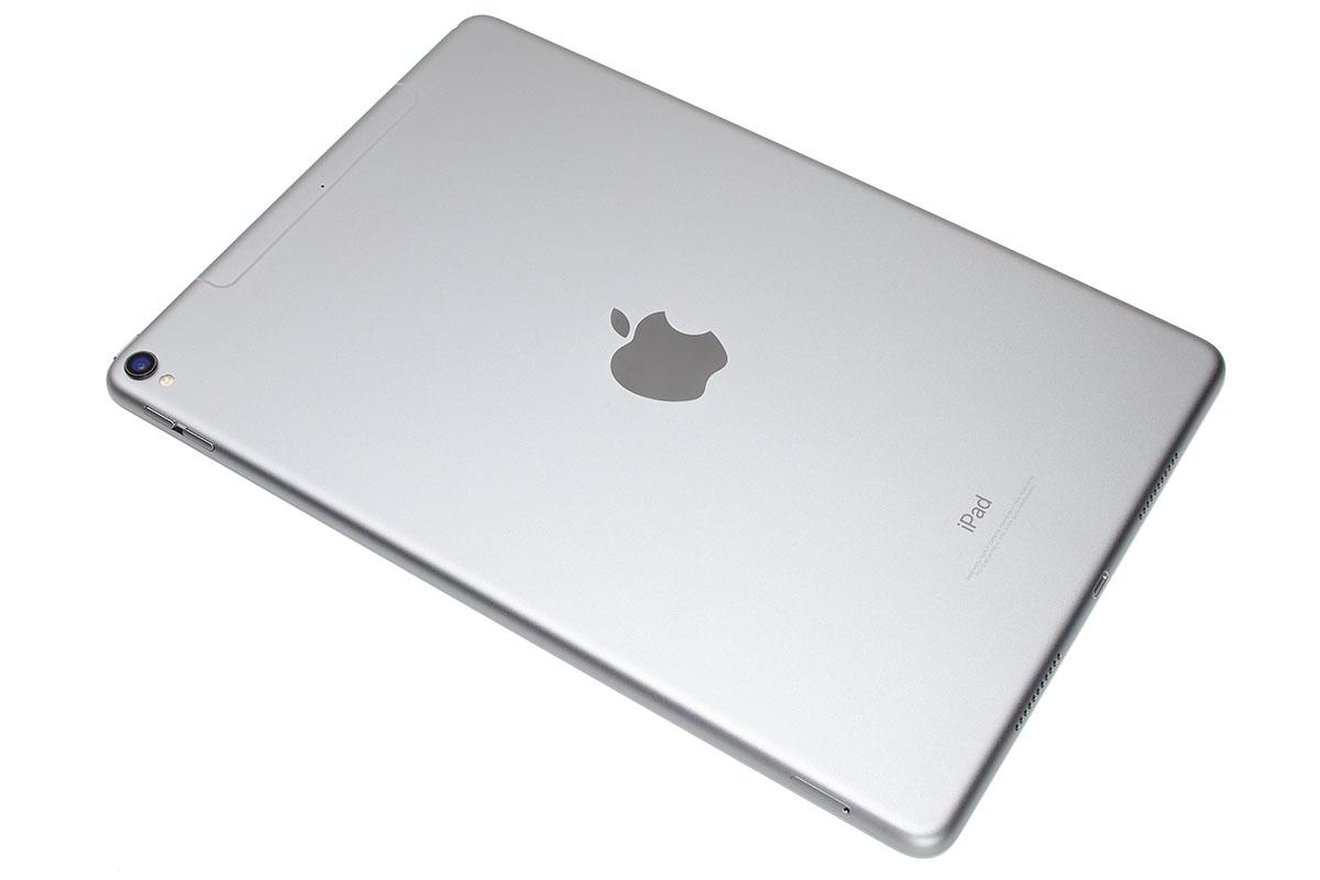 2017年6月13日発売の最新型iPadとなる「10.5インチiPad Pro」。容量違いで3種類あり、64GBが税別6万9800円、256GBが税別8万800円、512GBが税別10万2800円。カラーはシルバー、ゴールド、スペースグレイ、ローズゴールドの4種類です。スペースグレイの256GBを買いました。