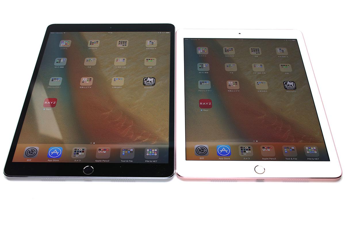 「10.5インチiPad Pro」と「9.7インチiPad Pro」を並べてみました。額縁が黒いほうが「10.5インチiPad Pro」。並べた状態だと新型のほうが縦長になったという感じがありつつ、「12.9インチiPad Pro」の見栄えに近いような印象もあります。重ねると「ほんの少しサイズが違う」ということがわかりますが、一見すると同じ端末に見えるくらい、差が僅少です。