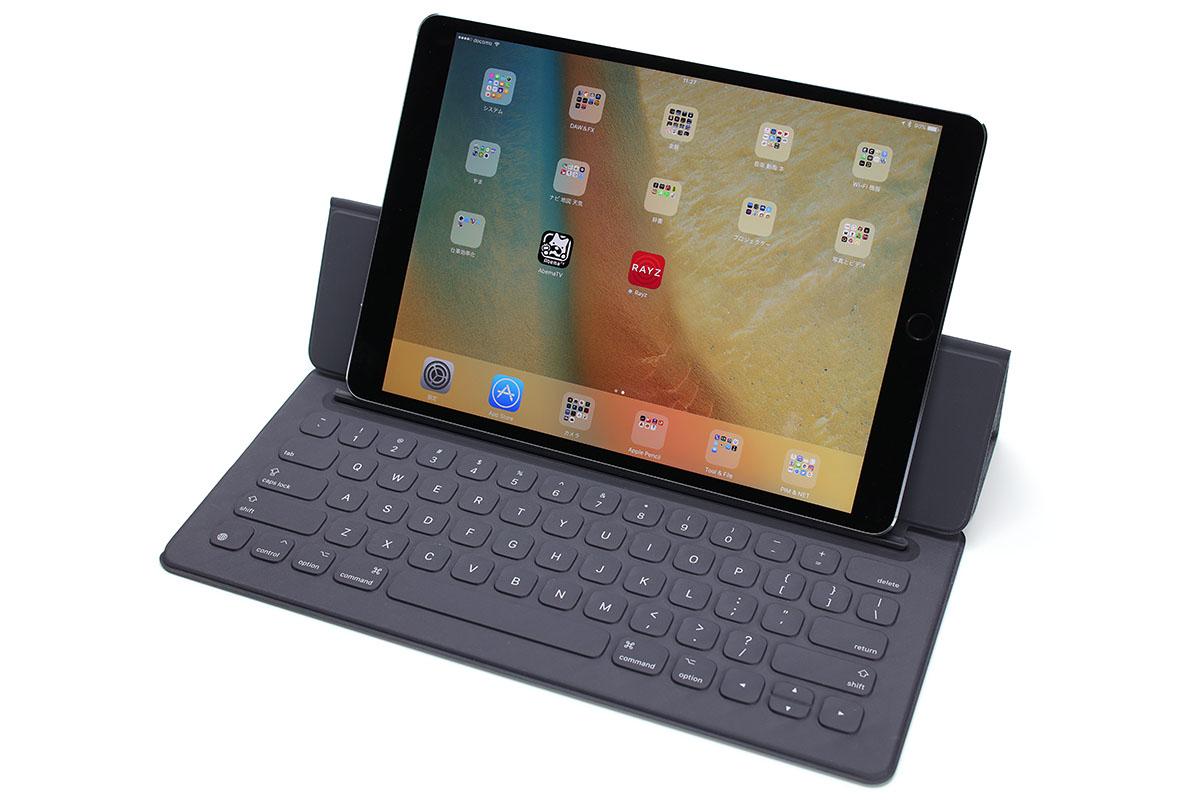「10.5インチiPad Pro」と、「9.7インチiPad Pro」用Smart Keyboardや「12.9インチiPad Pro」用Smart Keyboardを組み合わせた様子。キーボードとしてはとくに問題なく機能しますが、カバーとしてはサイズが合わなかったりスリープや復帰が機能しなかったりします。でもキーボードとしてはフツーに実用的。