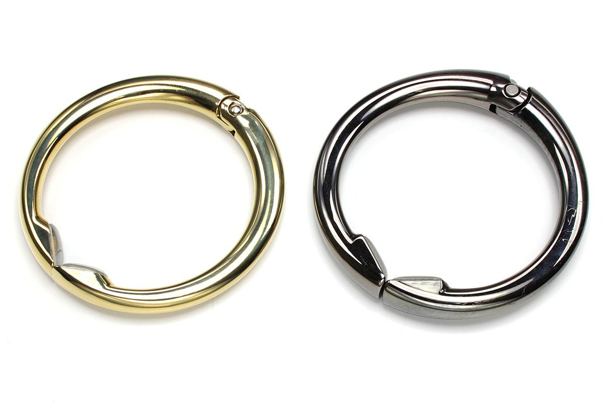 定番バッグハンガー「clipa」。現在発売されている「clipa 2」(写真で金色のほう)は耐荷重15kg・自重48gです。従来品(写真でガンメタのほう)は耐荷重21kg。「clipa 2」は耐荷重が少し下がった後継品ですが、やや軽くスマートになっています。バネを内蔵していて、力が加わらなければ「O」状態に閉じています。実勢価格には開きがありますが、だいたい3000円前後です。