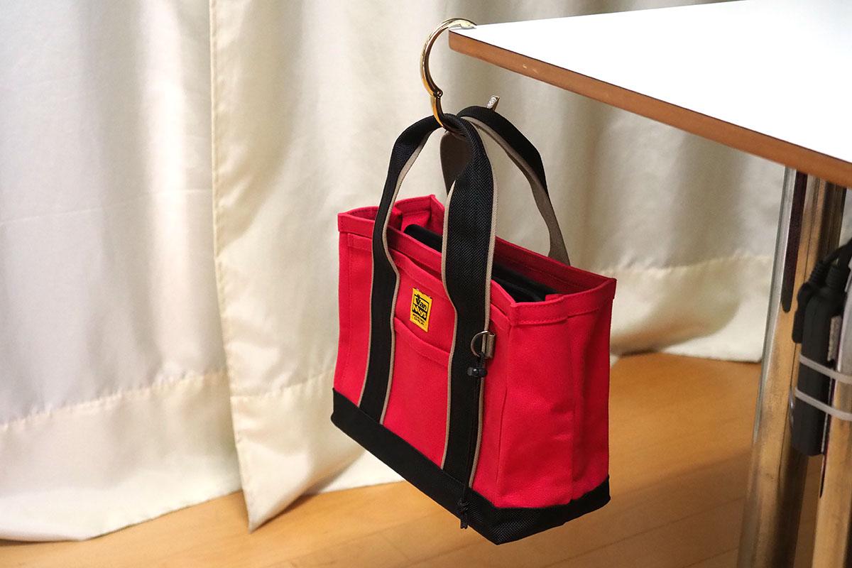 テーブルの端や引き出しの取っ手に引っ掛け、そこにバッグなどを吊せます。ほか、手すりやドア取っ手、フック、縦向きの板の上端など、いろいろな箇所に引っ掛けることができます。