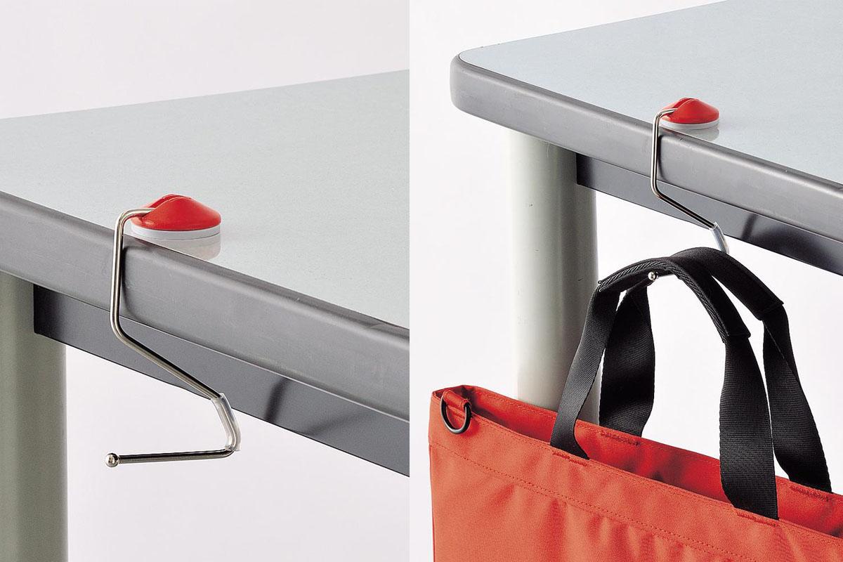 使用例。テーブルなど平らな面に丸い部分を置けばフックとして使えます。フック部のシリコンゴムの滑り止めがあるので、箱状の家具などにも使えます。長距離移動列車の窓際にも使えそうですネ♪ 付属の粘着シートを使えば、定位置に固定し続けて使うこともできます。※画像はメーカーウェブサイトより抜粋。