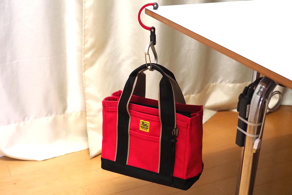 バッグを吊した様子。ちょっとゴツいですが、このゴツさもまた個性的です。