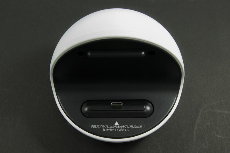 充電スタンド「ロボクル」。端末を置くと回転してユーザーのいる方向を向く