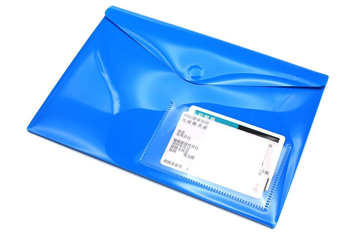 カードポケット付きのフラップ付き書類ホルダー。こういうのに必要な手帳を入れ、関連カードを入れても便利ですネ。でもカードポケットが少なかったり、ポケット自体が使いにくかったりも。そんな場合は「貼るタイプのカードポケット」でポケットを増設すると、カードの一覧性や出し入れしやすさが高まって便利です(ホルダー裏面に増設しています)。