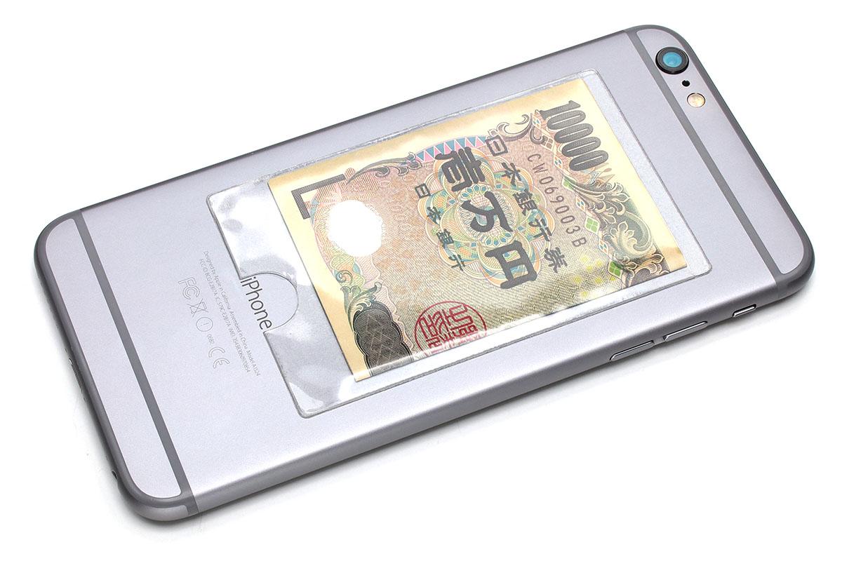 交通系ICカードを入れても便利かも知れません(別途干渉問題があるかもしれませんが)。日本の紙幣は3つ折りにするとカード程度のサイズになり薄いので、緊急用の現金の携帯にも「貼るタイプのカードポケット」が便利です。