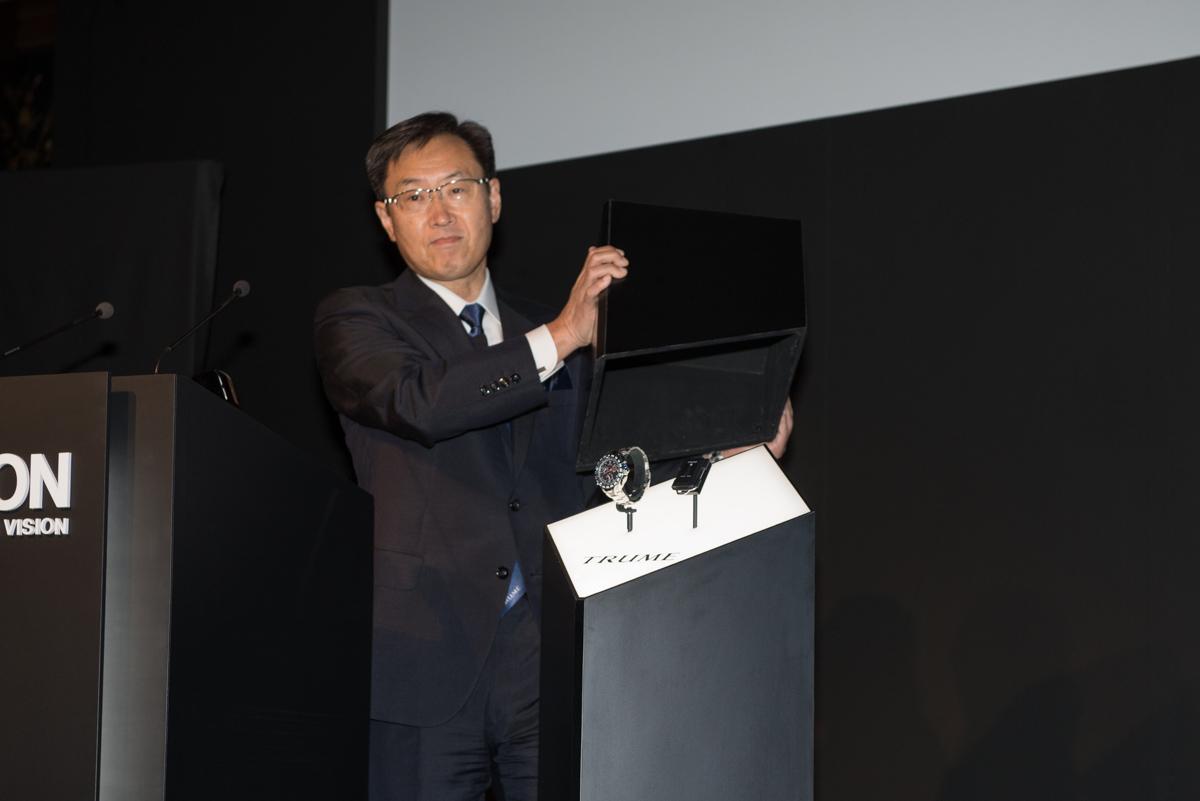 「TRUME」を披露するセイコーエプソン 代表取締役社長の碓井稔氏