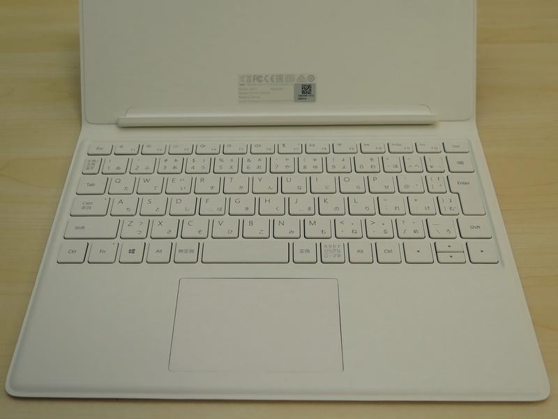 標準的なレイアウトのキーボードに、従来モデルよりも大型化したタッチパッドを装備。Surface Pro 4などと違い、机などの面に対して、角度が付けられない構造