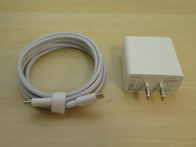 パッケージにはACアダプター、USB Type-Cケーブルなどが同梱される。サイズはコンパクトだが、プラグ部分は格納できない構造