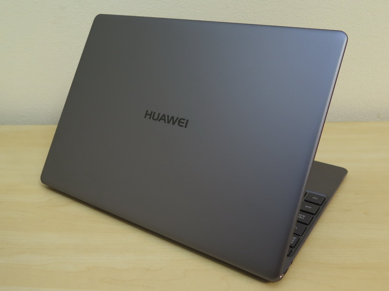 背面側には「HUAWEI」のネームロゴが刻印されている。背面パネルはマットな仕上げだが、ネームロゴは光沢仕上げ