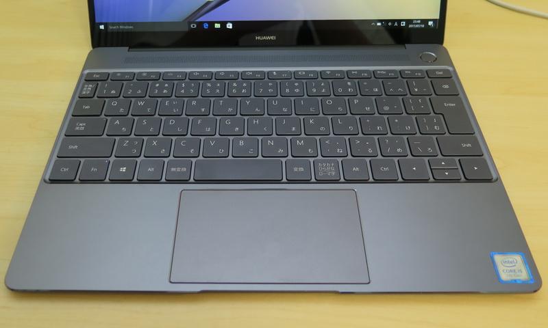 キーピッチ19.2mm、キーストローク1.2mmを確保したキーボード。標準的なレイアウトでタイピングもしやすい