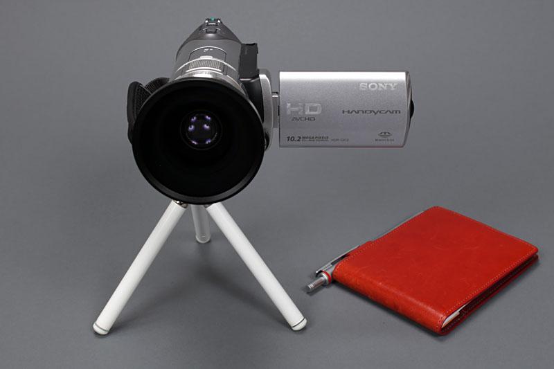 ビデオカメラをICレコーダー代わりに使い始めた頃は、こんなスタイル。ソニーのハンディカムにワイドコンバージョンレンズを装着して使ったので、やや大げさな機材に。取材先の方に少し怪訝な顔をされることもありました。