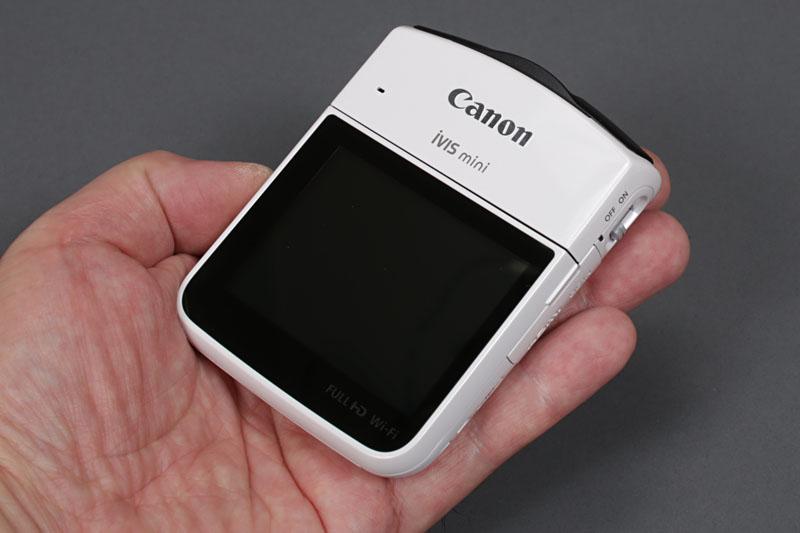 """キヤノンから発売された、自撮り向け汎用ビデオカメラ「iVIS mini」。手のひらサイズでコンパクトなので、ICレコーダー的に使う取材用ビデオカメラとしてピッタリでした。早速使い始めました。現在は生産終了ですが、このカメラのレビュー記事は<a href=""""http://k-tai.watch.impress.co.jp/docs/column/stapa/618330.html"""" class=""""n"""" target=""""_blank"""">コチラ</a>です。"""