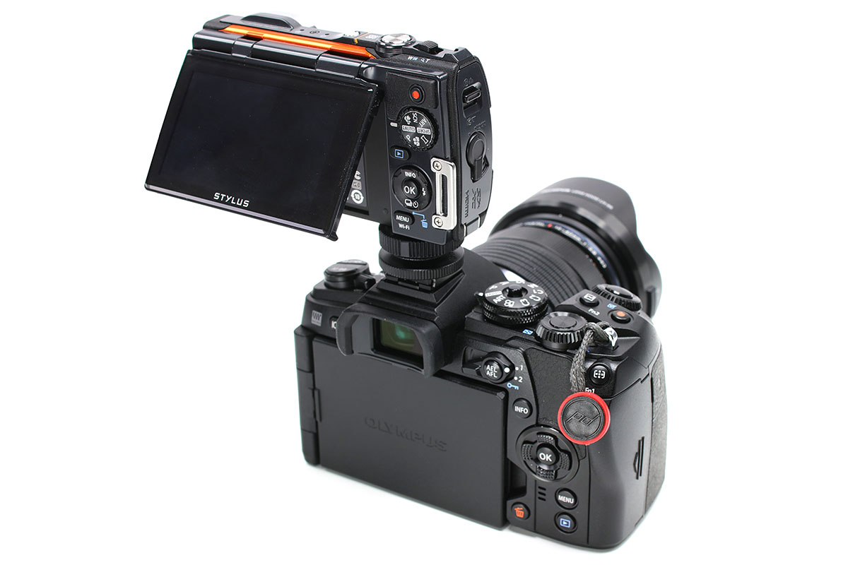 こちらはオリンパス「STYLUS TG-860 Tough」と合体させた様子。「STYLUS TG-860 Tough」は液晶面を上に向けることもできますので、撮影中に画面をチェックしやすく、より実用的です。