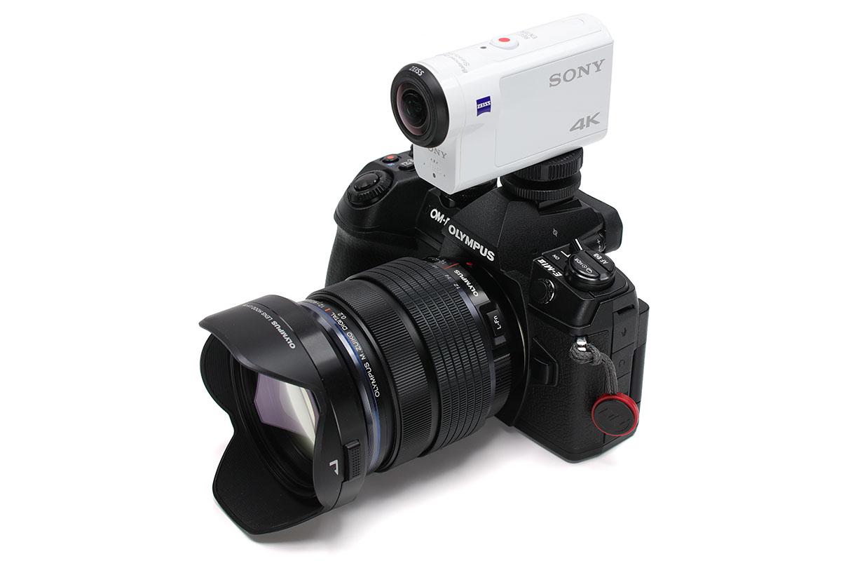 ソニーのアクションカム「FDR-X3000R」をオリンパス「OM-D E-M1 Mark II」上にセットした様子。「FDR-X3000R」は本体下部にもハウジング下部にも三脚ネジ穴がありますので、どちらの状態でも(ホットシューアダプターなどを経由して)カメラに装着できます。