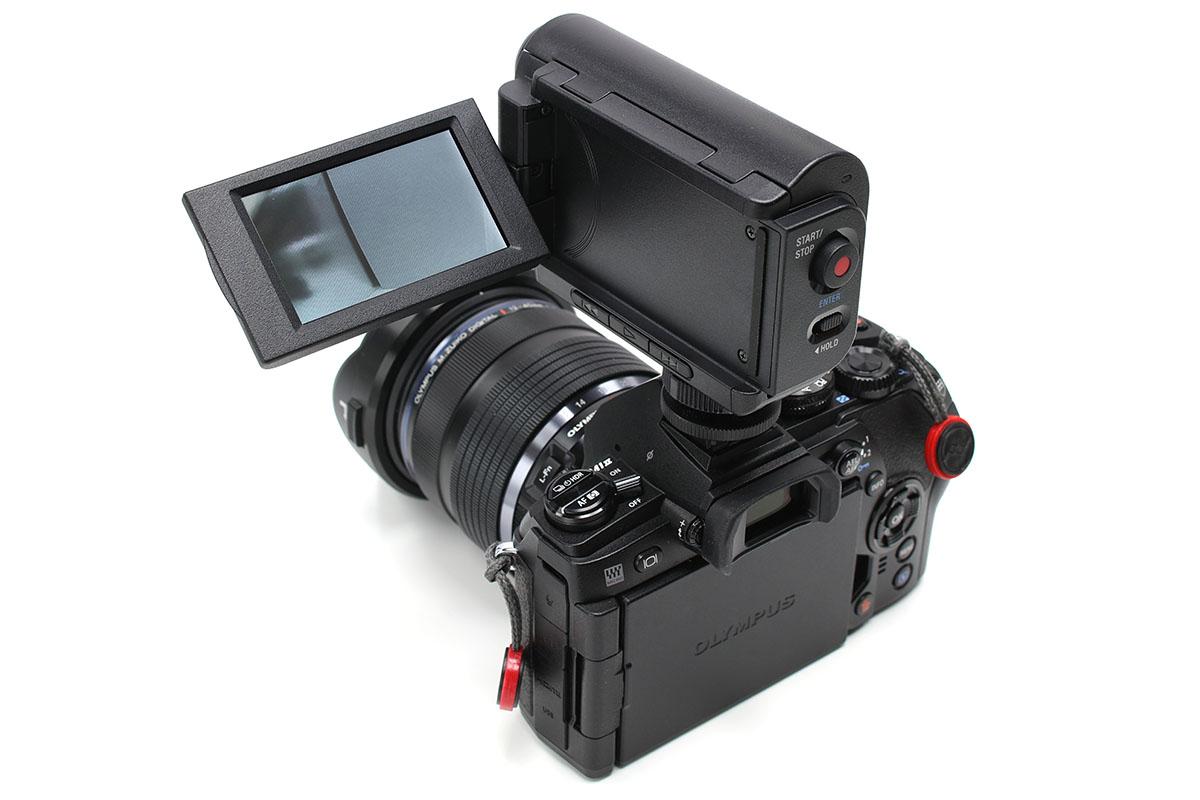 ソニー「HDR-AS100VR」+「グリップスタイルLCDユニット AKA-LU1」をミラーレスカメラの上にセット。超小型ハンディカムとスチルカメラが合体したスタイルというイメージです。無線式リモコンなしでライブビュー表示を見られます。見た目より軽いので重量バランスも悪くありません。