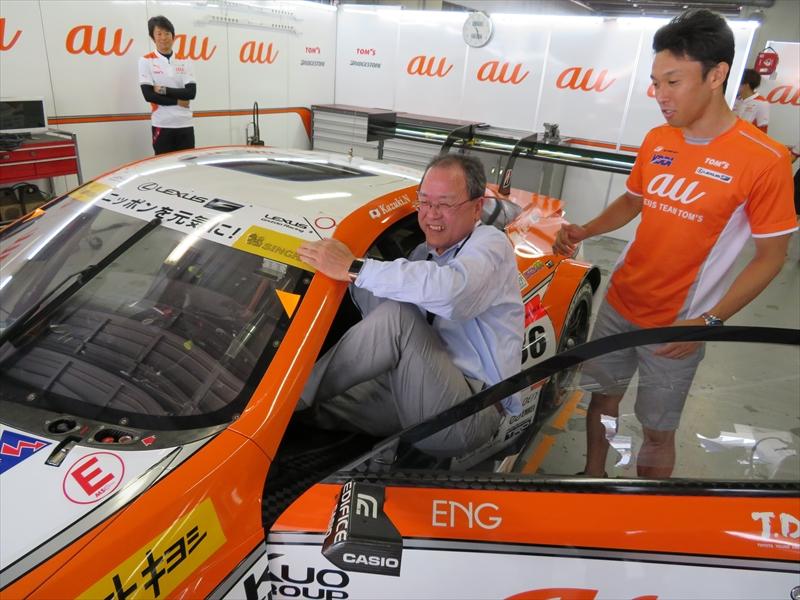 ピットガレージでは中嶋一貴選手のサポートの下、マシンに乗り込み興奮