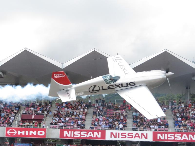 決勝前にはレッドブル・エアレースに参戦する室屋義秀選手がデモ飛行でサーキットを沸かせた