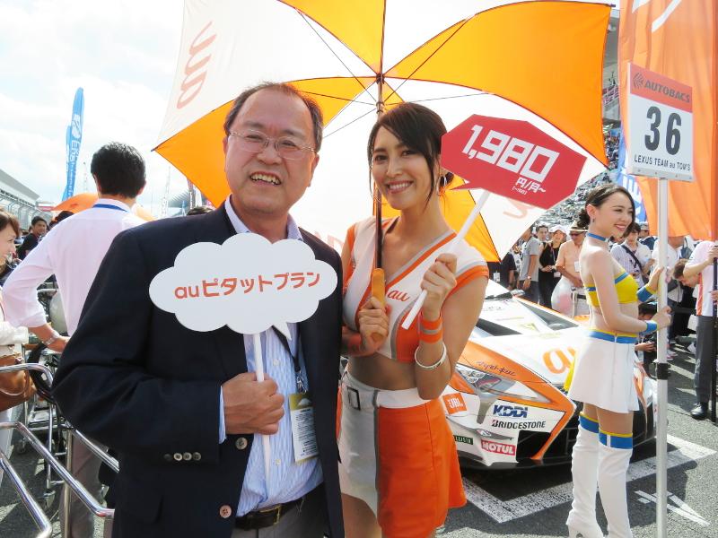 グリッド上でauピタットプランをアピールするKDDIの田中孝司社長