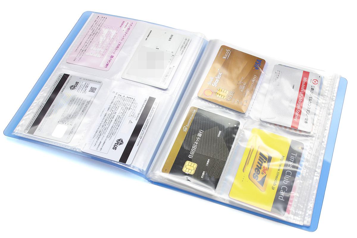 カードなどを各ページのポケットに入れて分類できる、ファイル的なモノを使用。カード類の整理はトレーディングカード用アルバムがちょうど良いサイズでした。
