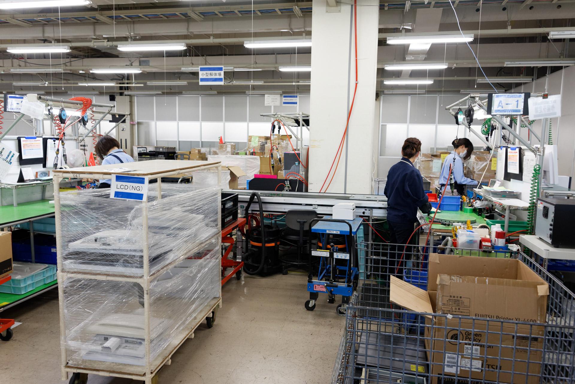 本社工場の一角にあるリサイクルセンター。ここではロボットは使わず、人の手によって1台ずつ分解される