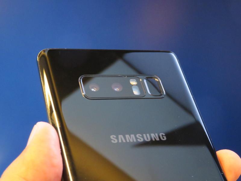 デュアルカメラ。左側が望遠、右側がノーマル。カメラと指紋認証センサーの間にフラッシュを配置することで、レンズに指紋が付きにくく工夫されている
