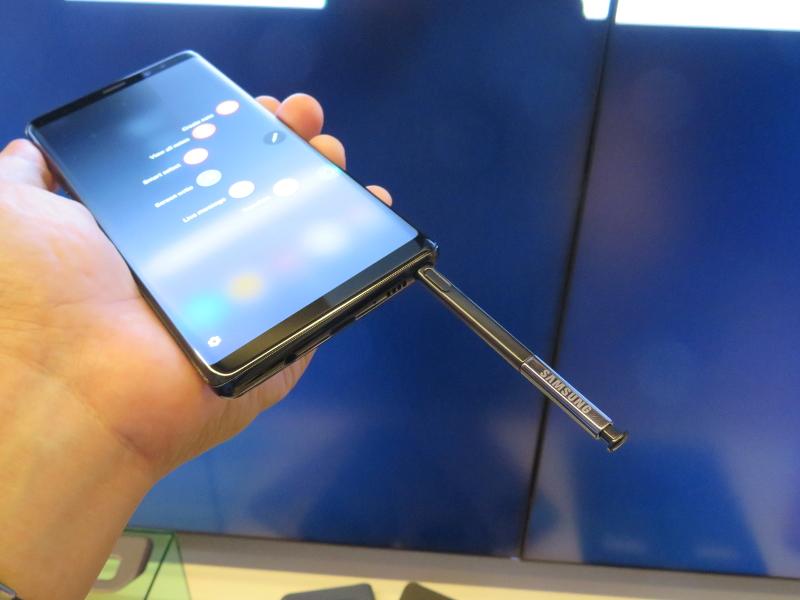 端末下部にS-Penが収納されており、軽くプッシュすることで取り出せる