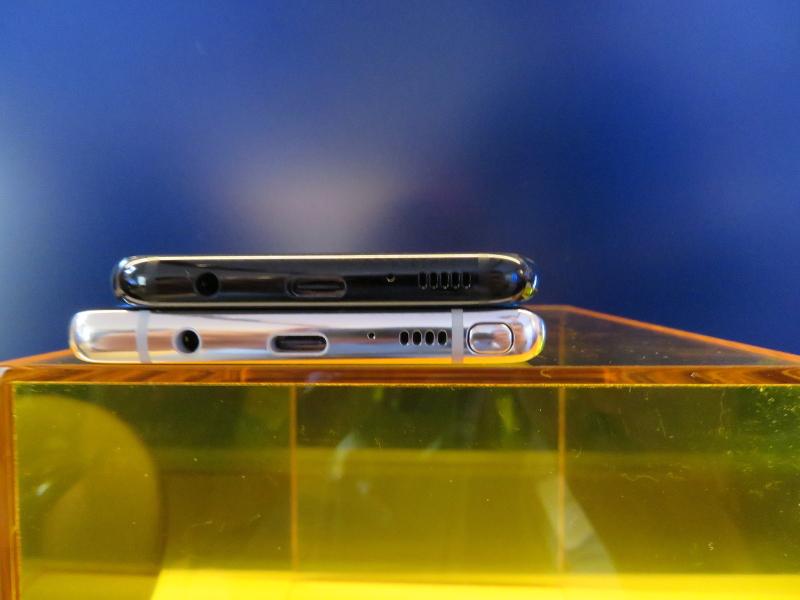 Galaxy S8(上)とGalaxy Note8(下)とでは側面のカーブの角度もやや異なる