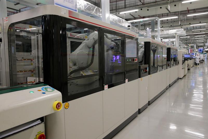 ロボット化が進むファーウェイの生産ライン(同社提供)