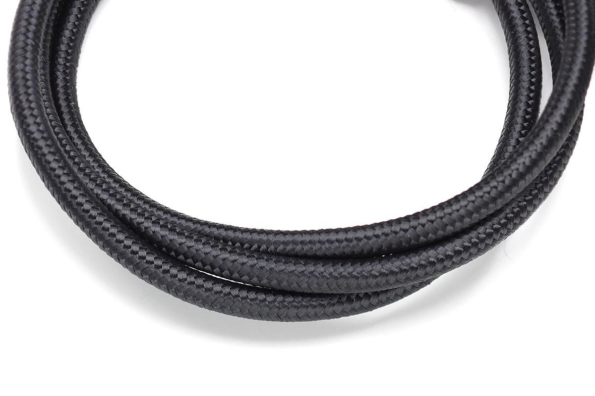 オウルテック「OWL-CBKLT シリーズ」。50000回以上の折り曲げ試験をパスした、最新のストロングなUSBケーブルです。コネクタ部が長め・頑丈で、ケーブル内部の強化素材としてアラミド繊維が使われています。ケーブルは比較的にしなやかで、表面には滑らかで肌触りのよい強化メッシュが使われています。