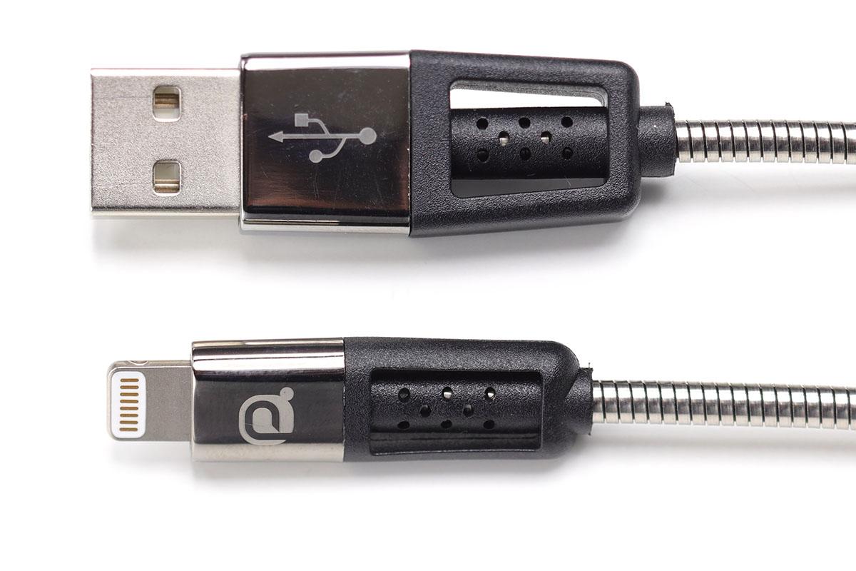 セイワの「メタルプロテクト系」ケーブル。ケーブルの外皮がステンレスのホースのようなもので覆われています。見栄えはメタリック。Lightning-USBtypeAケーブルの場合、コネクタ部もしっかり強度が備わっており、屈曲テストは1万回以上に耐えるそうです(AUXケーブルは1万4000回以上)。
