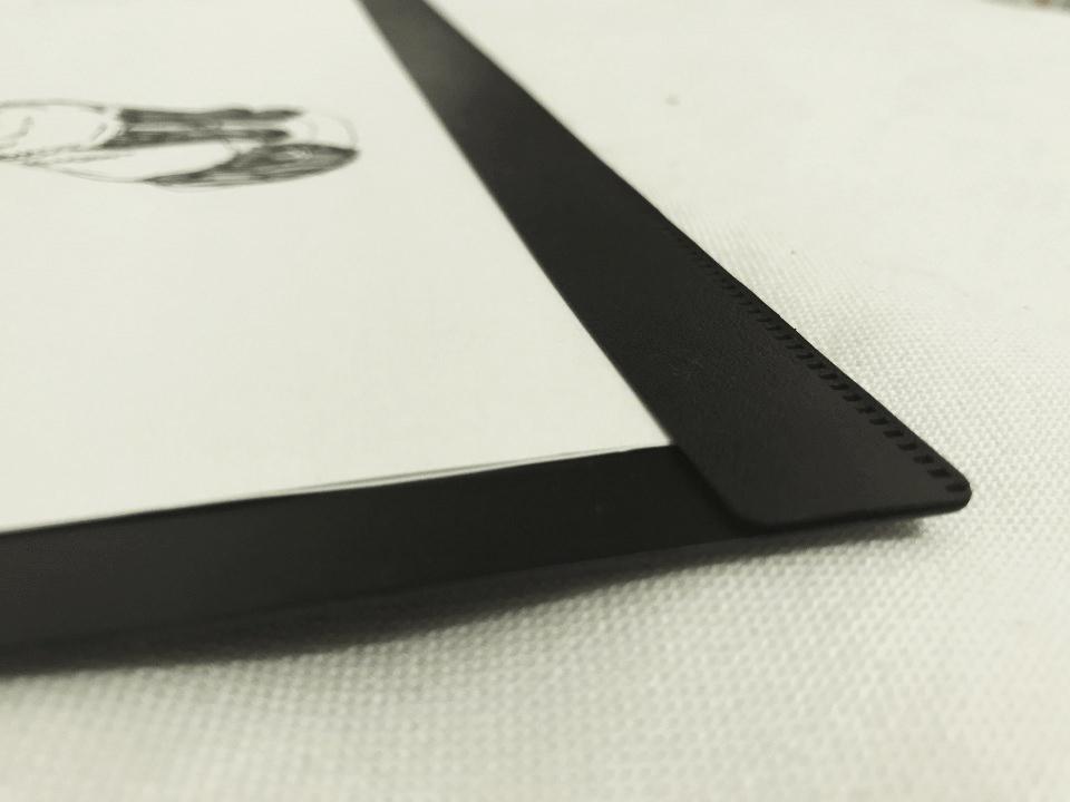 書く側の紙留め部分。挟んであるだけのシンプルな構造です。10枚くらい紙を挟んでおけます