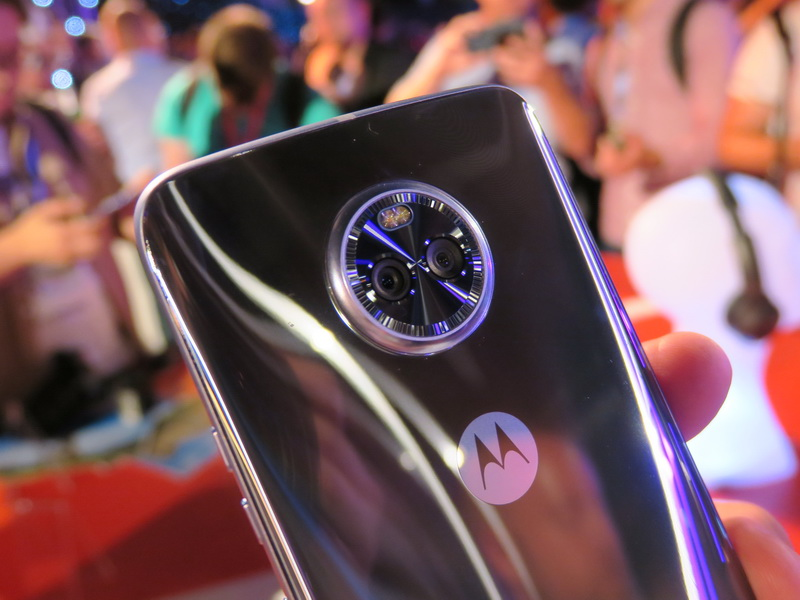 モトローラの「Moto X4」に搭載されるデュアルカメラは、LEDと共に、時計のベゼルのようなリングにまとめられている
