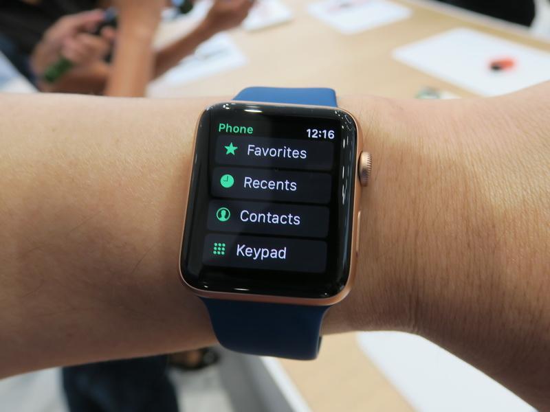 Apple WatchのGPS+Cellularモデルには連絡先や履歴、キーパットを表示する画面が用意される。まさに電話
