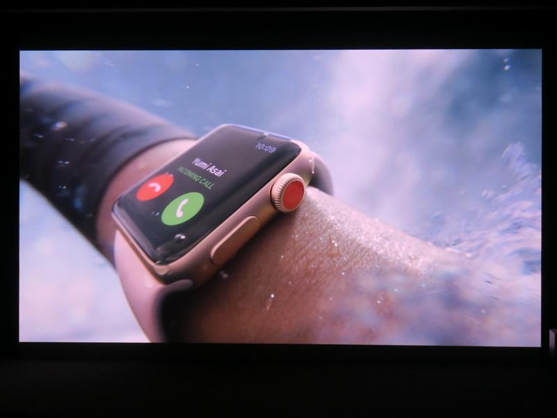 新しいApple Watchのムービーではサーフィン中の人の腕に着けられたApple Watchに着信するシーンが流された