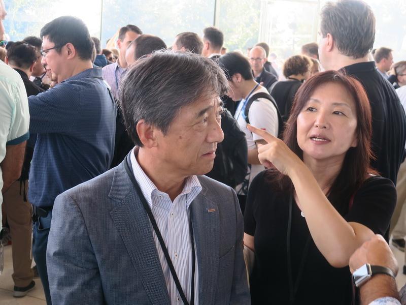 NTTドコモの吉澤和弘社長は関係者と歓談していた