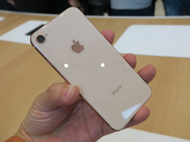 背面はガラスが貼られたことで、光沢感のある美しい仕上がり。iPhone 8 Plusとは大きさだけでなく、カメラ部分が異なる