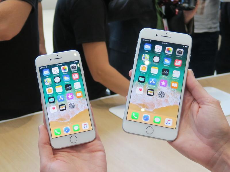 iPhone 8(左)とiPhone 8 Plusの比較。