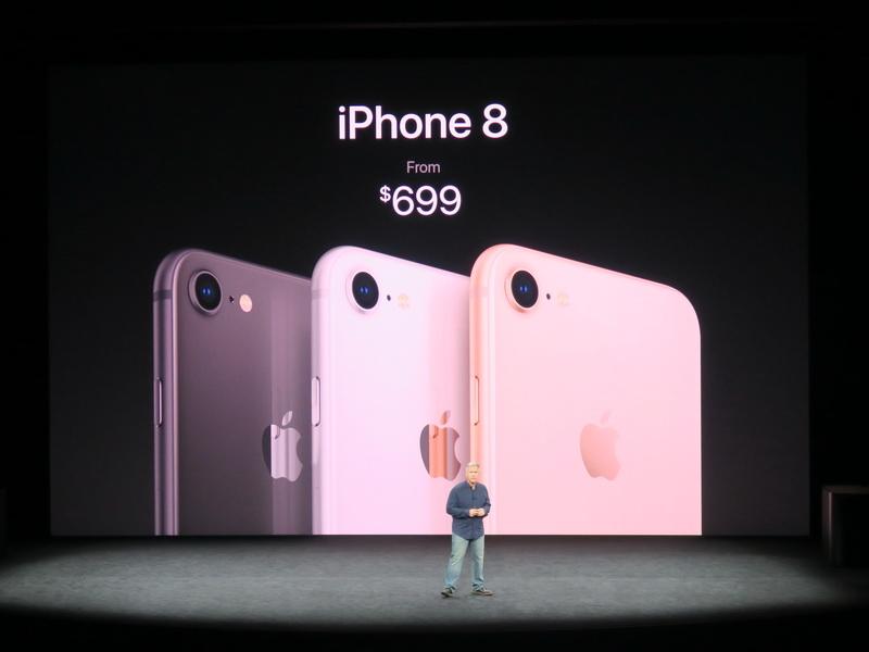 iPhone 8は3色がラインアップされ、価格は699ドルから