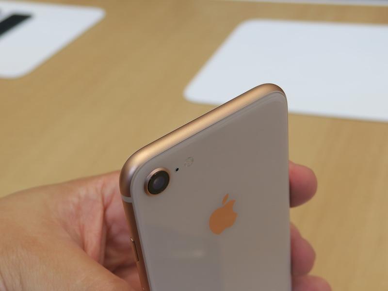 iPhone 8の先端部は何もないキレイな仕上がり。カメラの左側にはアンテナのためか、樹脂のつなぎ目が内蔵されている