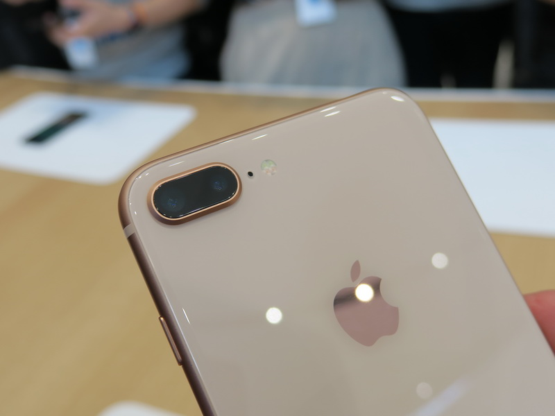 背面のデュアルカメラはわずかに突起する形状。この部分のデザインも基本的にはiPhone 7 Plusと共通