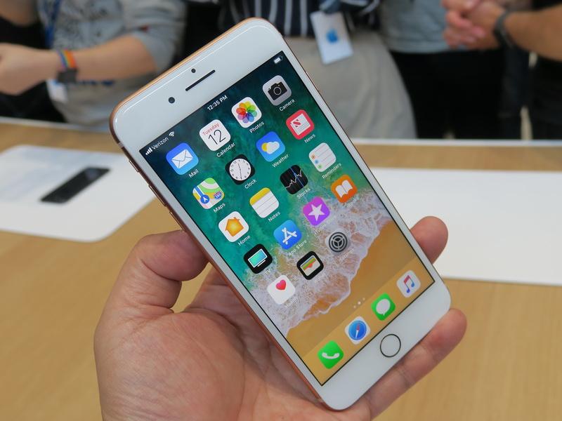 iPhone 8 Plusの前面。正面から見ると、iPhone 7 Plusとほぼ同じ印象