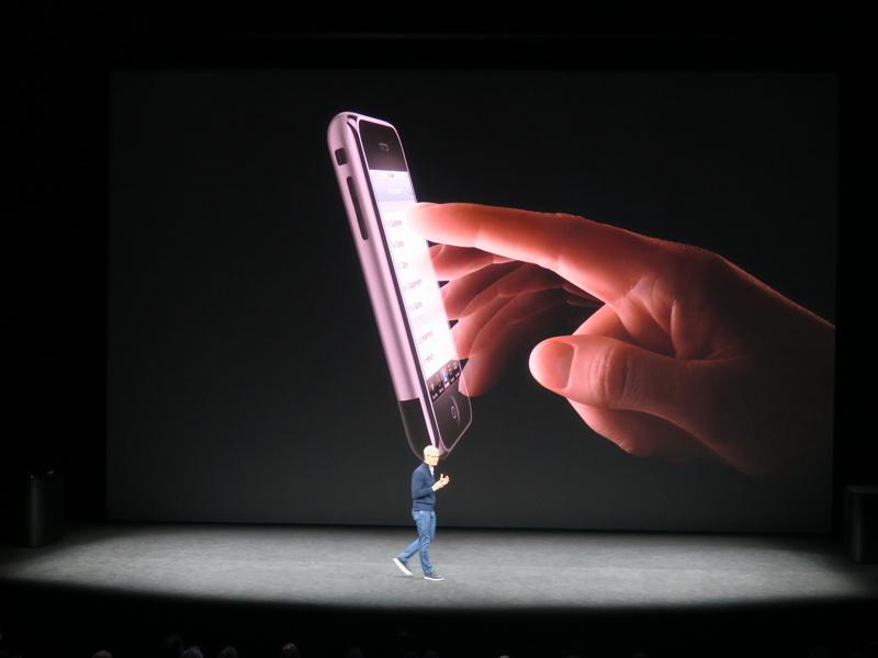 10年前に発売された初代iPhoneはマルチタッチのディスプレイを採用