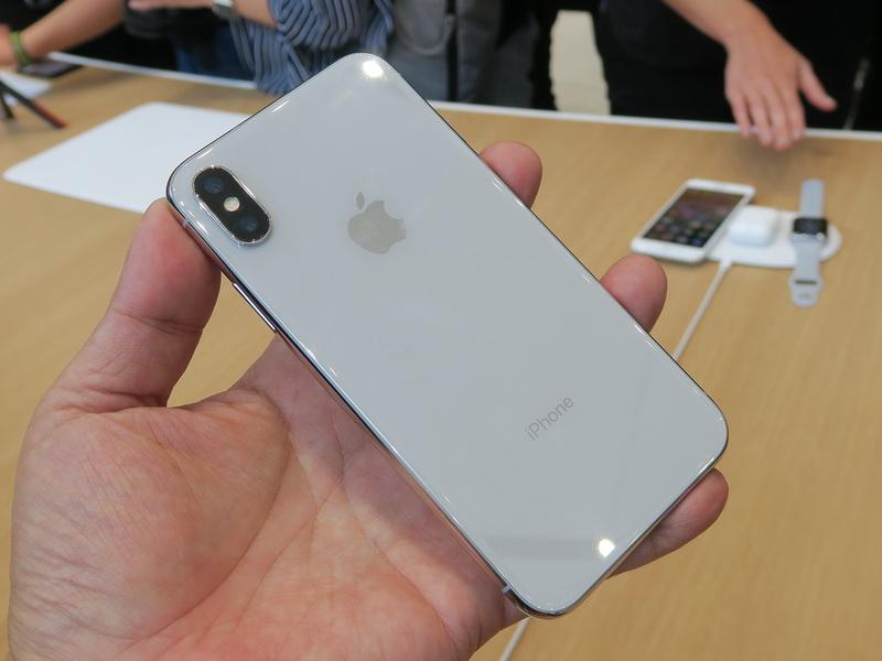 背面はガラスを貼り付けたデザイン。カメラはデュアルカメラだが、iPhone 8 Plusとは並びが異なる
