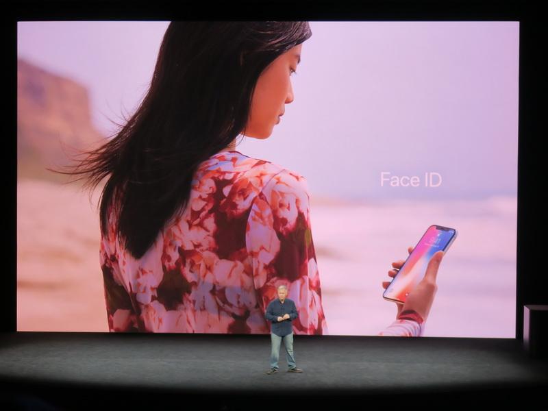 ロック解除はiPhone Xが顔を認識するFace IDを採用