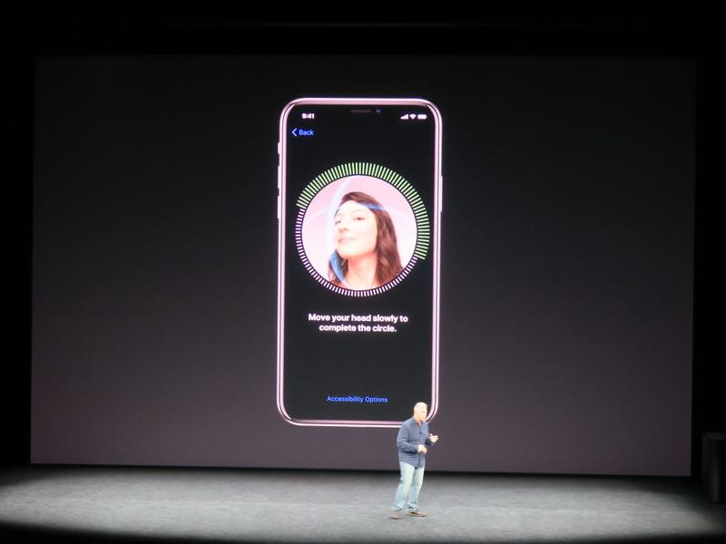 Face IDの登録は専用画面で、上下左右に顔を動かして認識させる