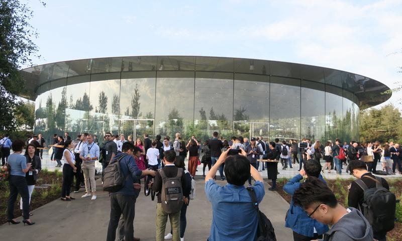 Special Eventが行なわれたスティーブ・ジョブズ・シアター。ここも円形でデザインされている。周囲はガラス張りで、地下にシアターがある。