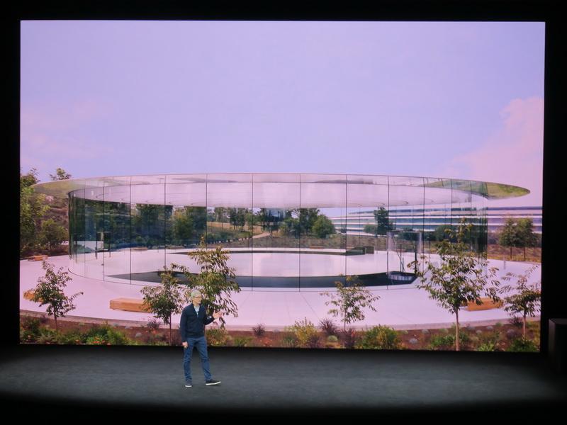 スティーブ・ジョブズ・シアターは円形でガラス張りの建物の地下に作られている。